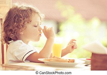 niño pequeño, en, desayuno