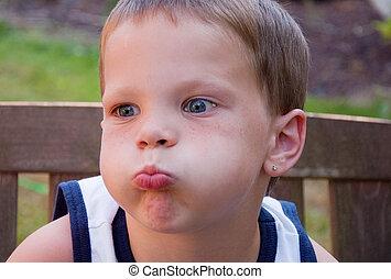 niño pequeño, enojado, respiración de valor en cartera