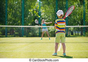 niño pequeño, jugar al tenis