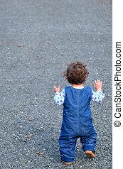 niño pequeño, sólo, de arranque, para caminar, el, primer paso