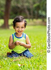 niño pequeño, sentado, en, un, hierba verde