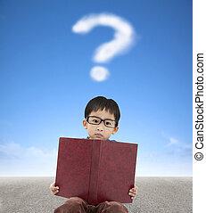 niño pequeño, tenencia, libro, y, signo de interrogación, nube, plano de fondo
