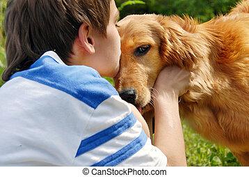niño, perro, besar