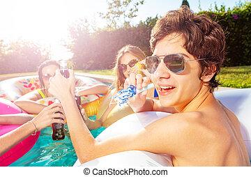 niño, piscina, feliz, amigos, noisemaker, golpe, fiesta