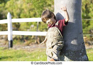 niño, poco, árbol, juego, feliz