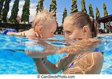 niño, poco, al aire libre, madre, piscina bebé, natación