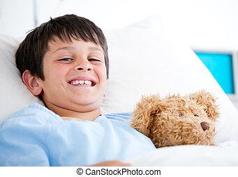 niño, poco, cama del hospital, sonriente, acostado