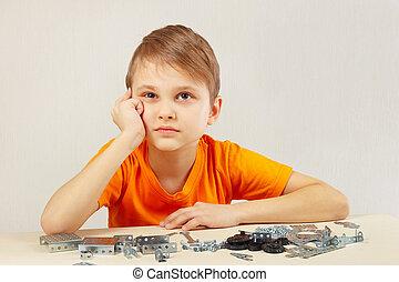 niño, poco, constructor, mecánico, montar, piensa
