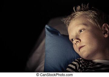 niño, poco, insomne, colocar, almohada