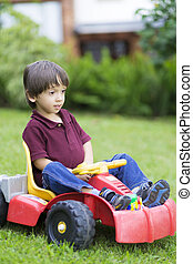 niño, poco, juguete, conducción, coche, feliz