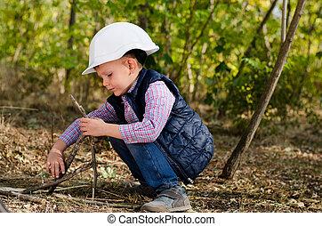 niño, poco, palos, sentado, casco, juego