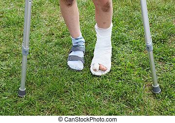 niño, poco, piernas, estantes, pierna, crutches;, verde, ...