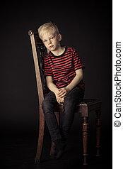 niño, poco, sentado, pensativo, calma, silla