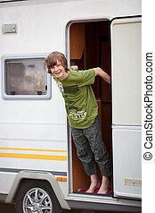 niño, posición, en, caravana, entrada