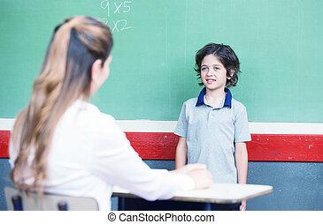 niño, preguntado, en, escuela, delante de, pizarra