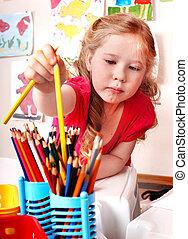 niño, preschooler, con, lápiz, en, juego, room.