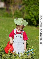 niño, regar planta, con, hoja, en, cabeza, en, yarda