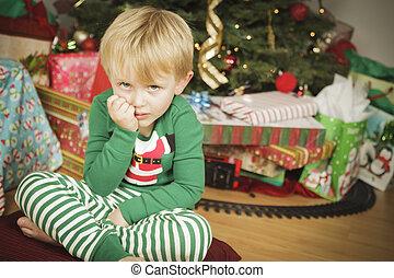 niño, Sentado, árbol, joven, malhumorado, navidad