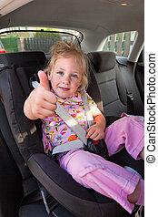 niño, sentado, en, asiento del niño, en el coche