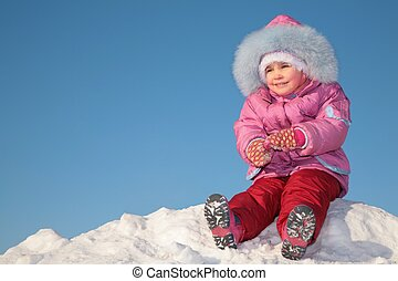 niño, sentarse, en, nieve, colina, 2