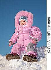 niño, sentarse, en, nieve, colina