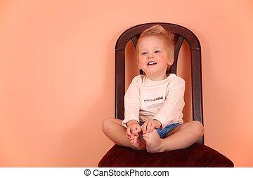 niño, sentarse, en, silla, en, espacio rosa