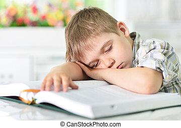 niño, sueño, en, libro
