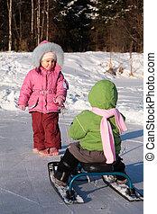 niño, tira, otro, en, nieve, patineta