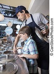 niño, trabajando, con, camarero, en, mostrador, en, nevería