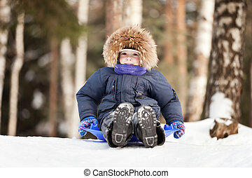 niño, trineo, en, nieve, colina