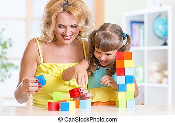 niño, y, mamá, juego, juguetes de madera, en casa