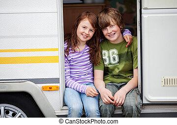 niño y niña, en, un, caravana