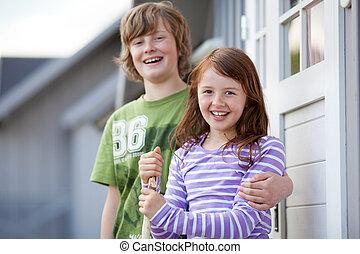 niño y niña, posición, juntos, en, entrada, de, campamento, casas