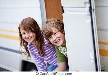 niño y niña, sentado, en, caravana, entrada