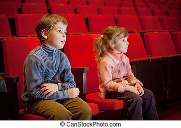 niño, y, niña, sentado, en, sillones, en, cine
