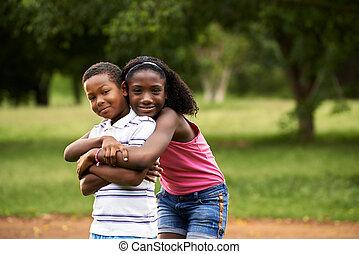 niños, africano, niño y niña, enamorado, abrazar