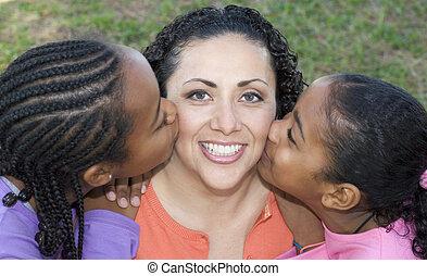 niños, besar, mamá