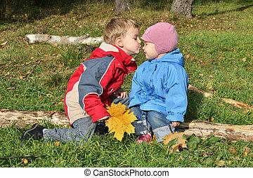 niños, beso