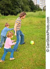 niños, bola del juego, con, padre, en, pasto o césped