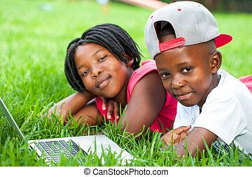 niños, colocar, laptop., pasto o césped, africano