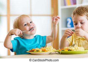 niños comer, en, jardín de la infancia