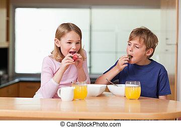 niños comer, fresas, para, desayuno
