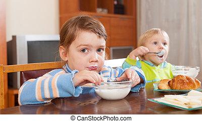 niños comer, lechería, desayuno
