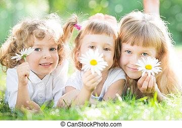 niños, con, flores, en el estacionamiento
