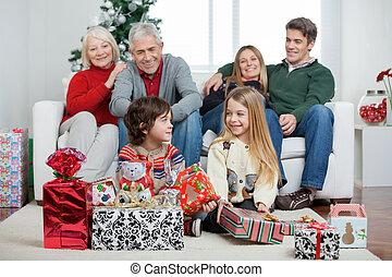 niños, con, navidad presenta, mientras, familia , se sentar sobre sofá
