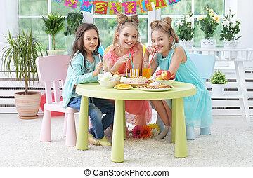 niños, con, pastel, en, fiesta de cumpleaños
