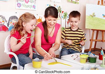 niños, con, profesor, empate, pinturas, en, juego, room.