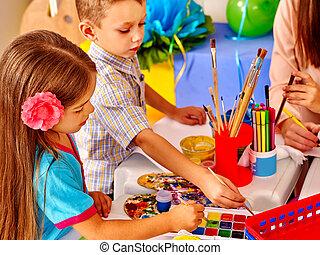 niños, con, profesor, mujer, pintura, en, papel, en, jardín...