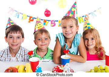 niños, con, torta de cumpleaños