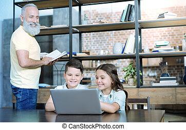 niños, consciente, granddad, computador portatil, mirar, juego